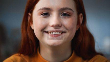 Photo pour Portrait d'adolescent roux souriant à la caméra - image libre de droit