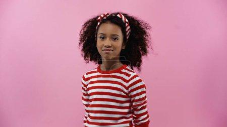 Photo pour Souriant afro-américaine fille regardant caméra isolé sur rose - image libre de droit
