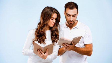 Photo pour Petite amie bouclée et petit ami lecture de livres isolés sur bleu - image libre de droit
