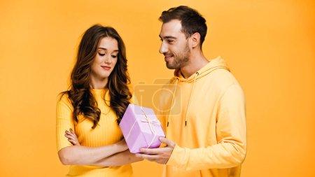 Freund schenkt lockige Freundin auf gelb