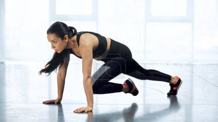 junge Frau in Sportbekleidung trainiert im Fitnessstudio
