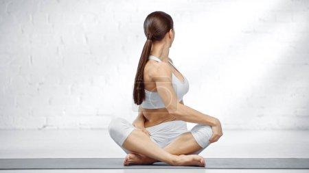 Photo pour Femme brune assise dans une pose de yoga facile - image libre de droit