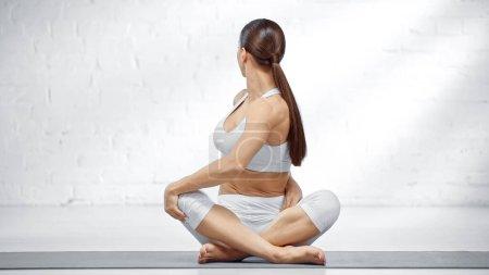 Photo pour Jeune femme étirant en arrière dans la pose de yoga facile - image libre de droit