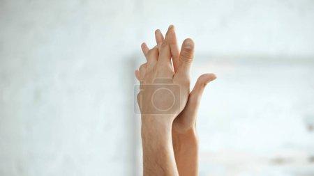 Photo pour Vue partielle du couple sensuel se tenant la main - image libre de droit