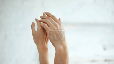 abgeschnittene Ansicht eines sinnlichen Paares beim Händchenhalten