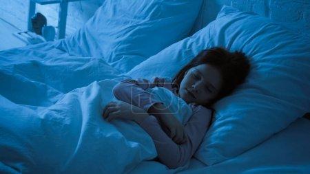 Nastoletnie dziecko śpiące w nocy w sypialni