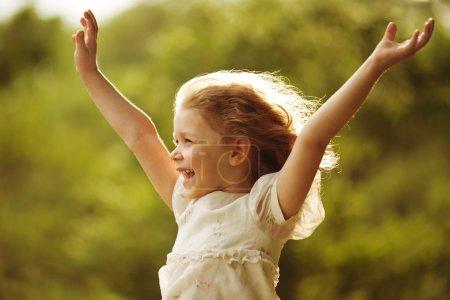 Photo pour Fille heureuse avec des bras tendus aux côtés - image libre de droit