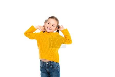 Lächelndes Kind, das isoliert auf weißem Grund wegschaut
