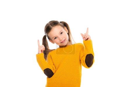 Photo pour Fille joyeuse pointant avec les doigts vers le haut et regardant la caméra isolée sur blanc - image libre de droit