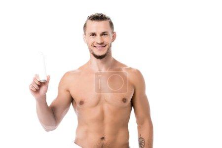 Photo pour Homme torse nu sexy souriant avec déodorant isolé sur blanc - image libre de droit