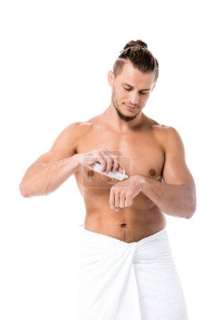 Photo pour Sexy homme torse nu en serviette appliquer crème pour les mains isolée sur blanc - image libre de droit