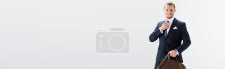 Photo pour Jeune homme d'affaires souriant en costume avec valise isolée sur blanc, bannière - image libre de droit