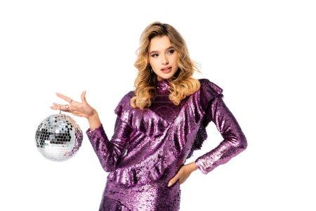 femme élégante en robe de paillettes posant avec boule disco isolé sur blanc