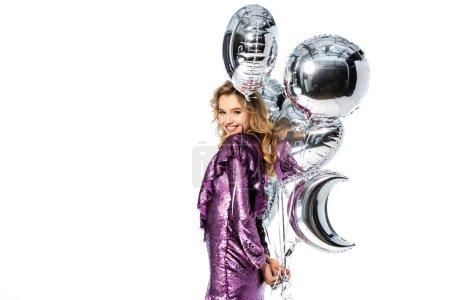 Photo pour Heureuse femme élégante en robe de paillettes avec des ballons en argent isolé sur blanc - image libre de droit