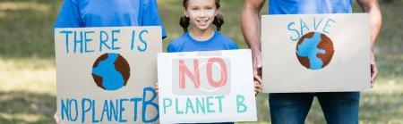famille de bénévoles tenant des pancartes avec globe, sauver, et aucune planète b inscription, concept d'écologie, bannière