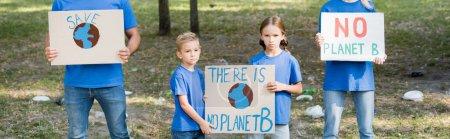 famille de militants tenant des pancartes avec globe et il n'y a pas de planète b inscription, concept d'écologie, bannière