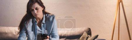 Photo pour Femme frustrée assise avec un verre de vin rouge à la maison seule, bannière - image libre de droit