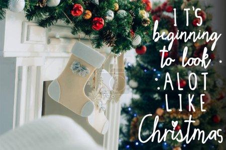 Photo pour Bas sur la branche d'épinette décorée près de la cheminée et son début à ressembler beaucoup à des lettres de Noël - image libre de droit