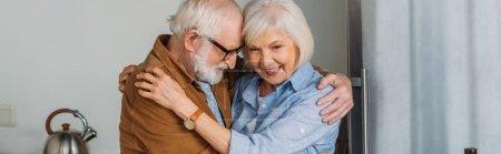 Photo pour Joyeux couple sénior étreignant à l'intérieur, bannière - image libre de droit