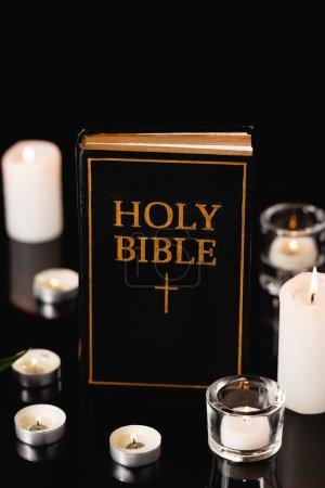 Photo pour Bougies et bible sainte sur fond noir, concept funéraire - image libre de droit