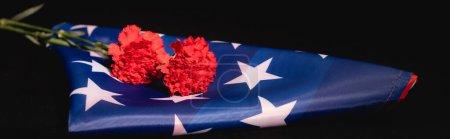 Photo pour Drapeau américain oeillet rouge sur fond noir, concept funéraire, bannière - image libre de droit