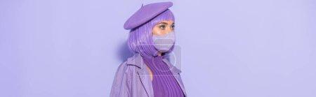 Photo pour Jeune femme habillée de style poupée en masque médical et béret sur fond violet coloré, bannière - image libre de droit