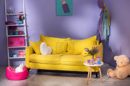 Photo pour Salon de poupée coloré avec canapé jaune - image libre de droit