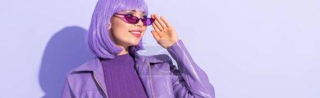 Photo pour Jeune femme souriante vêtue de style poupée sur fond violet coloré, bannière - image libre de droit