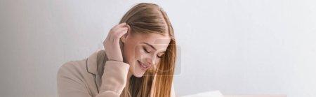 Photo pour Femme éveillée et positive en pyjama satiné ajuster les cheveux, bannière - image libre de droit