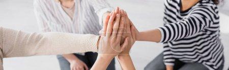 Photo pour Vue partielle du groupe de femmes se tenant la main pendant le séminaire, bannière - image libre de droit