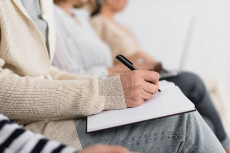 Foto de Visión parcial de la mujer de negocios escribiendo en cuaderno durante el seminario - Imagen libre de derechos