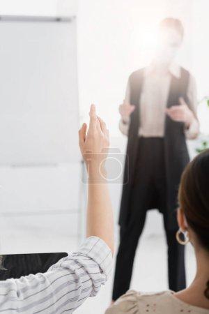 Foto de Vista recortada de la mujer levantando la mano cerca del altavoz sobre fondo borroso - Imagen libre de derechos