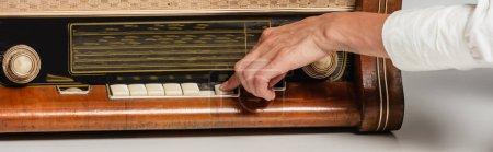 Photo pour Vue recadrée des boutons-poussoirs femme sur récepteur de radio vintage, bannière - image libre de droit