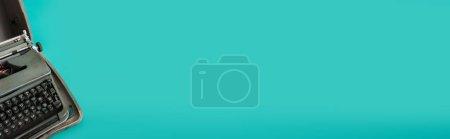 Photo pour Machine à écrire rétro sur fond turquoise avec espace de copie, bannière - image libre de droit