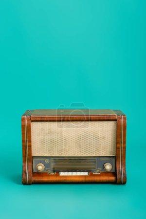 Photo pour Radio en bois sur fond turquoise avec espace de copie - image libre de droit