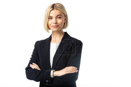 positive blonde Geschäftsfrau mit verschränkten Armen, die in die Kamera schaut, isoliert auf weiß