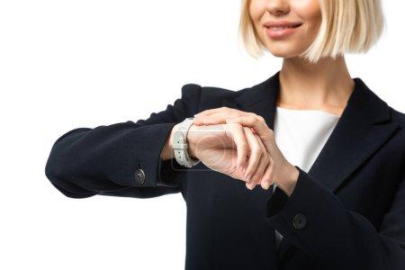 Photo pour Vue partielle de jeune femme d'affaires gaie vérifier l'heure sur montre-bracelet isolé sur blanc - image libre de droit