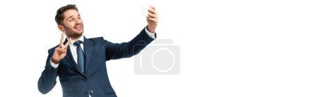 Lächelnder Geschäftsmann macht Selfie und zeigt Siegesgeste isoliert auf weißem Banner
