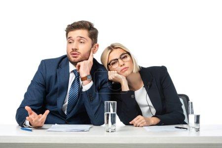Müder blonder Nachrichtenmoderator stützt sich am Arbeitsplatz auf gelangweilten Kollegen