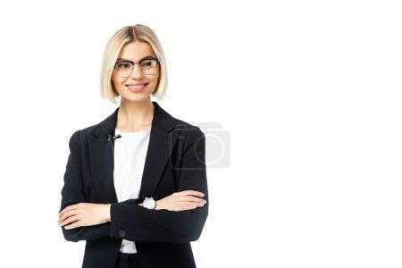 joven comentarista rubia de noticias con los brazos cruzados mirando hacia otro lado aislado en blanco