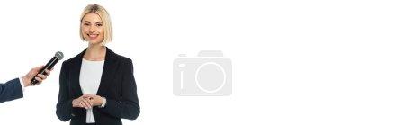 Erfolgreiche Geschäftsfrau blickt in die Kamera neben Journalistin mit Mikrofon isoliert auf weiß, Banner