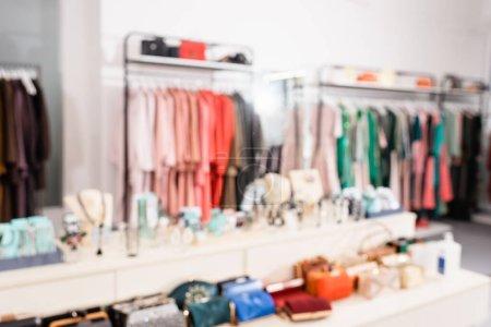 Photo pour Fond flou d'accessoires dans le showroom avec des vêtements - image libre de droit