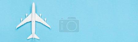Photo pour Vue du dessus du modèle de plan blanc sur fond bleu, bannière - image libre de droit