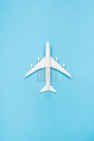 Photo pour Vue du dessus du modèle de plan blanc sur fond bleu - image libre de droit
