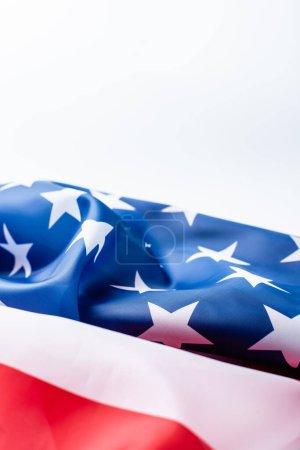 Photo pour Agitant drapeau d'Amérique avec des étoiles et des rayures isolées sur blanc - image libre de droit
