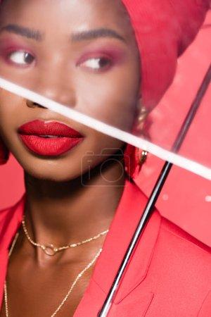 Photo pour Afro-américaine jeune femme en tenue élégante et turban isolé sur rouge - image libre de droit