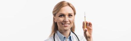 Photo pour Infirmière heureuse en manteau blanc tenant seringue avec vaccin isolé sur blanc, bannière - image libre de droit