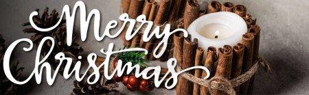 Photo pour Bougies décorées avec bâtons de cannelle près de cônes de pin et joyeux Noël lettrage, bannière - image libre de droit