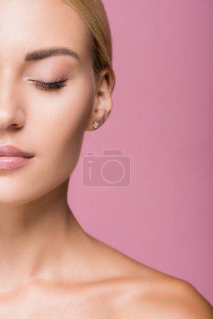 recortado vista de hermosa mujer rubia con la piel perfecta aislado en rosa