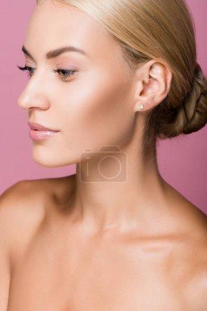Photo pour Belle femme blonde à la peau parfaite isolée sur rose - image libre de droit